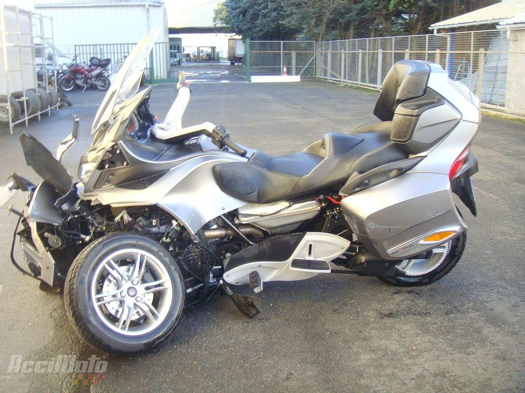 moto accident e can am atv spyder canam can am gris. Black Bedroom Furniture Sets. Home Design Ideas